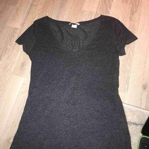 Basic T-shirt med djup v-ring från H&M