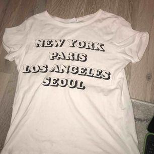 T-shirt med text från gina tricot. Finns ett minimalt hål men ingenting som syns när den används.