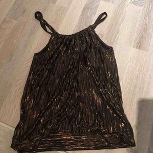 """Guld/svart """"fest linne"""" från H&M. Aldrig använt."""