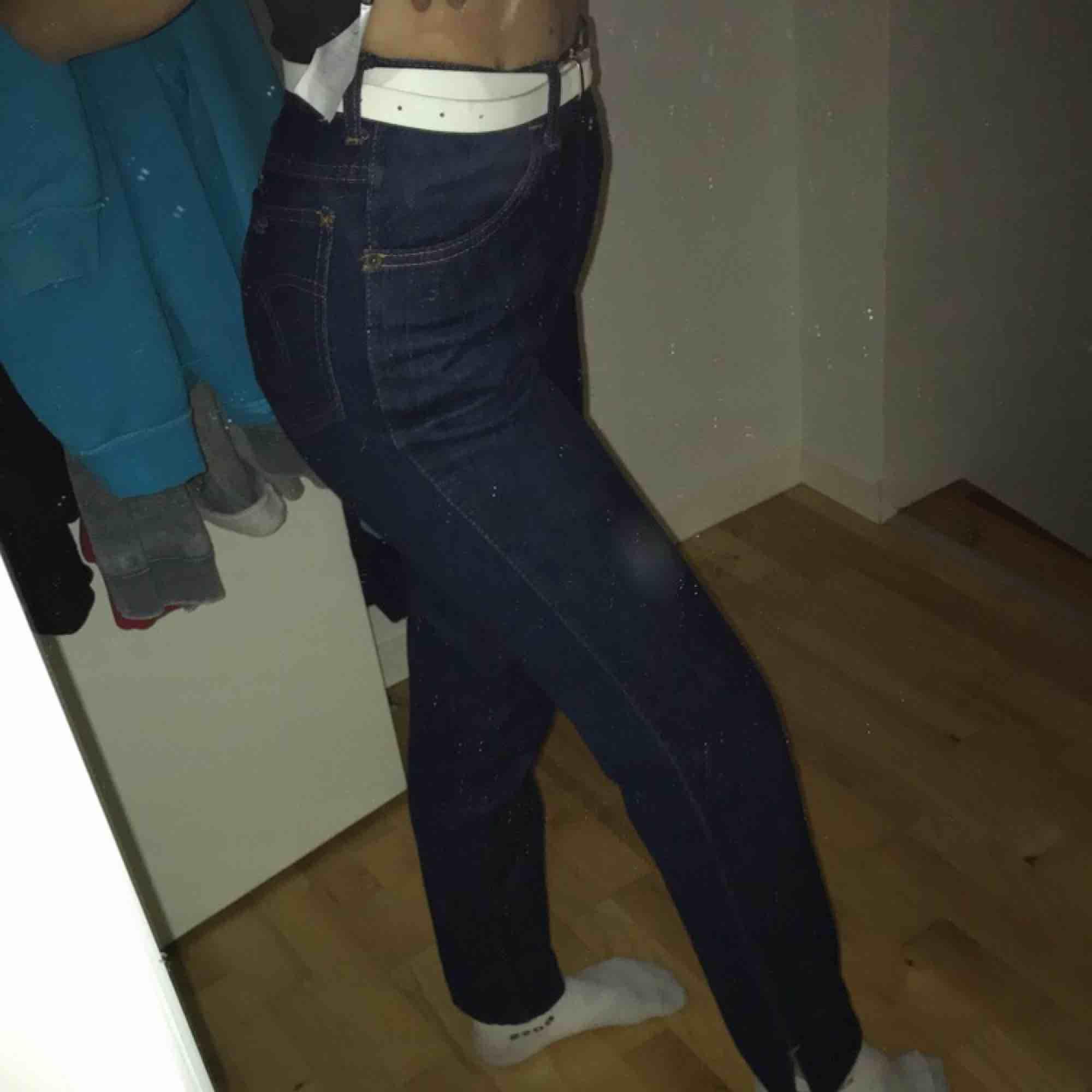 Mörkblåa jeans från crocker med liten slits vid vristen, rak modell bra skick . Jeans & Byxor.