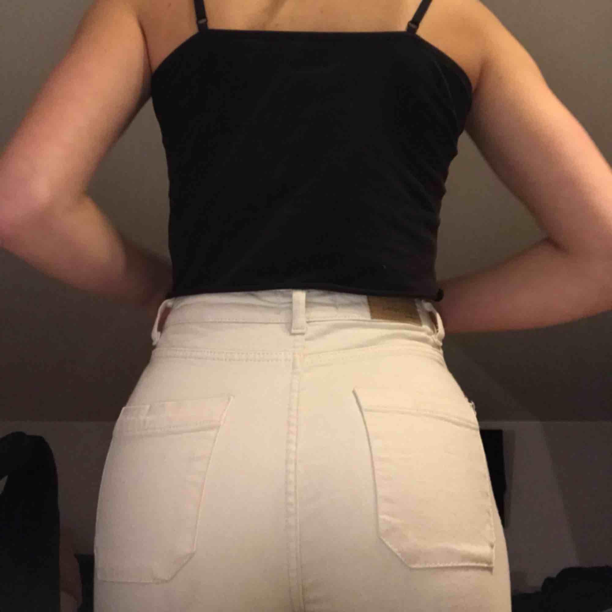 Vita/beiga Bootcut jeans som bara behöver strykas och sen är de typ världens finaste byxa, men tycärr inte riktigt så användbara som de borde vara bra skick. Jeans & Byxor.