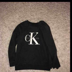 Jättefin tröja från Calvin Klein, säger för det inte är min stil😊 Frakt ingår i pris kan möjligtvis gå ner lite vid snabb affär💕