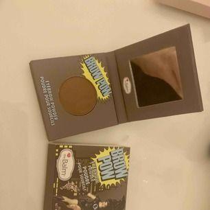 Säljer ett i princip nytt ögonbryns puder från the balm! Föredrar själv pennor så därför säljer jag denna💓 Kommer med orginalförpackning!