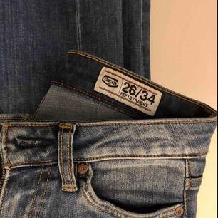 """Jätte(!)snygga jeans från crocker, litelite bootcut men mer typ """"raka"""" i benen. Inte så högmidjade utan med """"normal"""" midja. Säljer pga för små:( dålig sista bild men så ser de ut på! 🥰"""