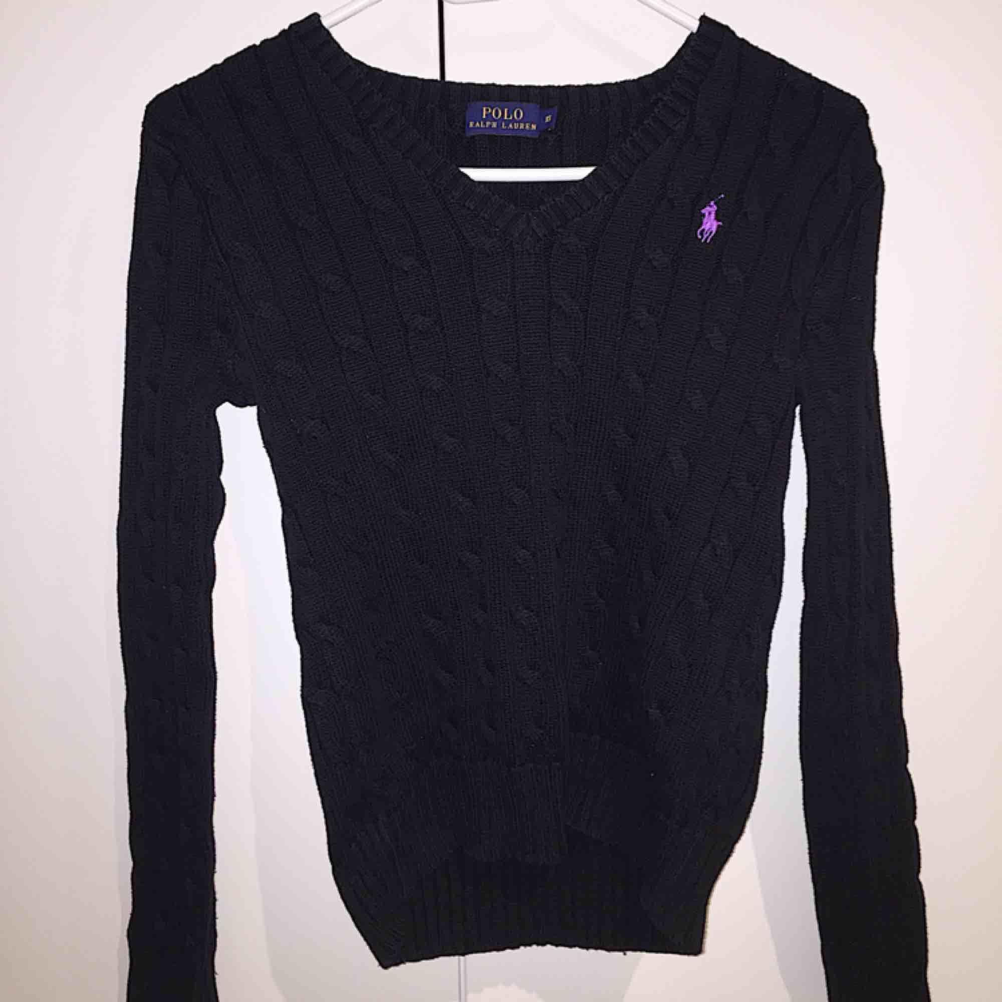V-ringad kabelstickad tröja från Ralph Lauren. Storlek XS. Möts i Stockholm, annars står köparen för frakten! . Stickat.