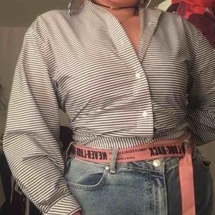 Superfin skjorta från Tommy hilfigher!!! Vet inte hur mtcket denna kosta ny men på Google kostar deras skjortor runt 500-1000kr. Den är i vääääldigt fint skick och som helt ny! <3 250kr och frakt ingår. Pris kan diskuteras