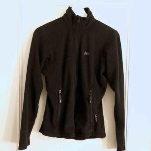 Vintage fleece från Helly Hansen. köpt vintage i london. Står M i lappen men uppskattar den till en XS, jag har dock S och den sitter tight på mig, men är fin ändå! Säljer pga får  inte användning för den:/🥺