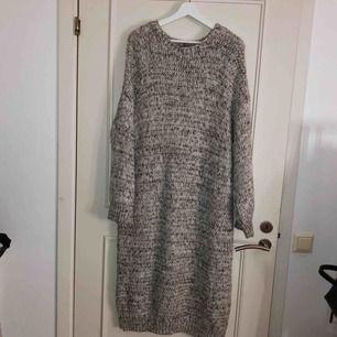 Stor stickad klänning från ASOS!!🥰 storlek 42 men sitter snyggt oversizeat på mig som vanligtvis har S. säljer pga tycker inte jag passar i den. bältet på sista bilden ingår ej:/