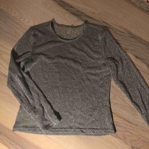 Snygg glittrig långärmad tröja, skön och lite lös passform. Ganska genomskinlig. Säljer pga att den används för lite! :p priset kan diskuteras.