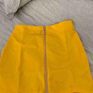 En gul kjol som är hur fräck som helst, säljes pågrund av att jag inte använder den! Detta är storleken M som sitter som en S
