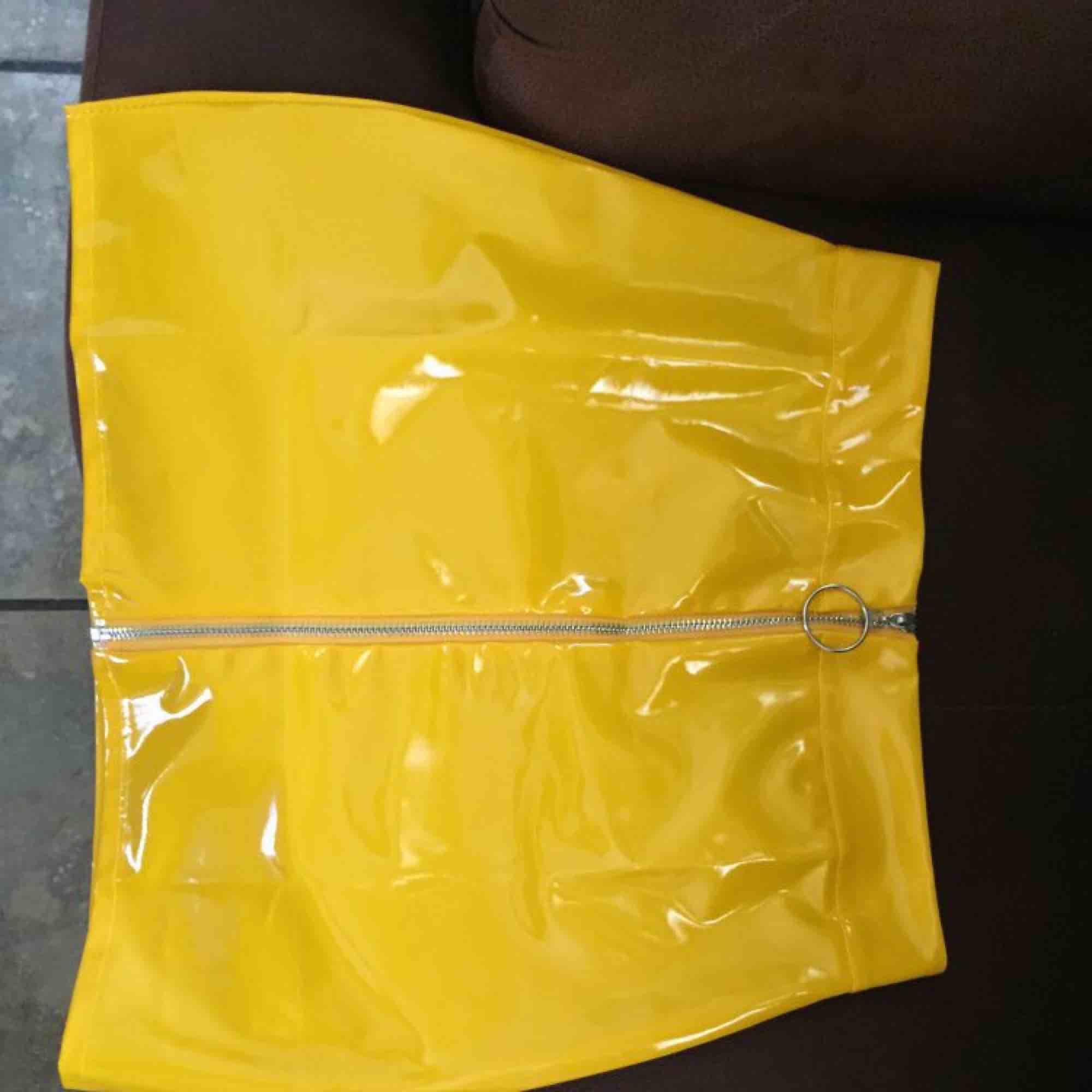 En gul kjol som är hur fräck som helst, säljes pågrund av att jag inte använder den! Detta är storleken M som sitter som en S. Kjolar.