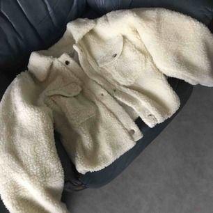 En vit/beige fluffig jacka i storleken M som är som i storleken S!