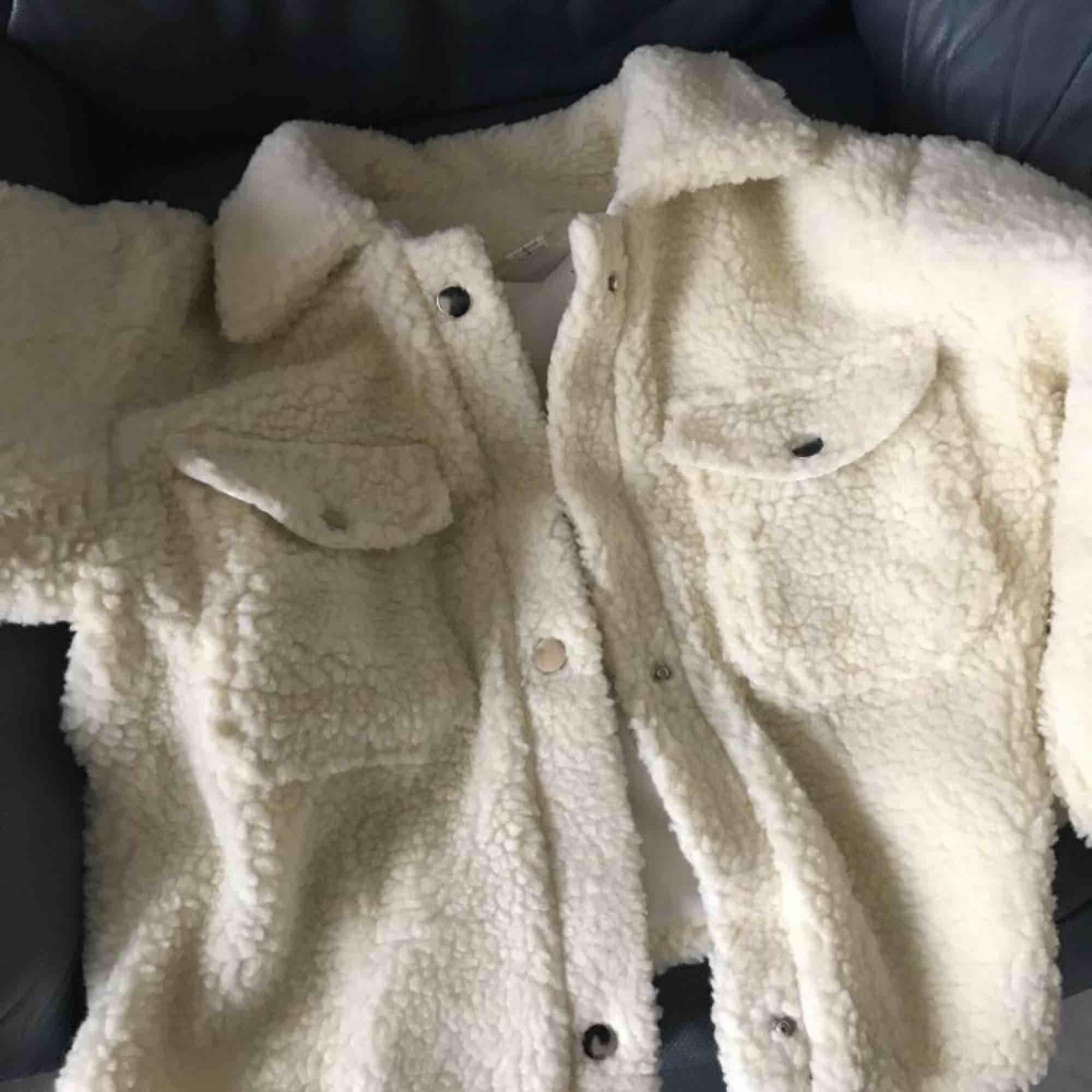 En vit/beige fluffig jacka i storleken M som är som i storleken S!. Jackor.