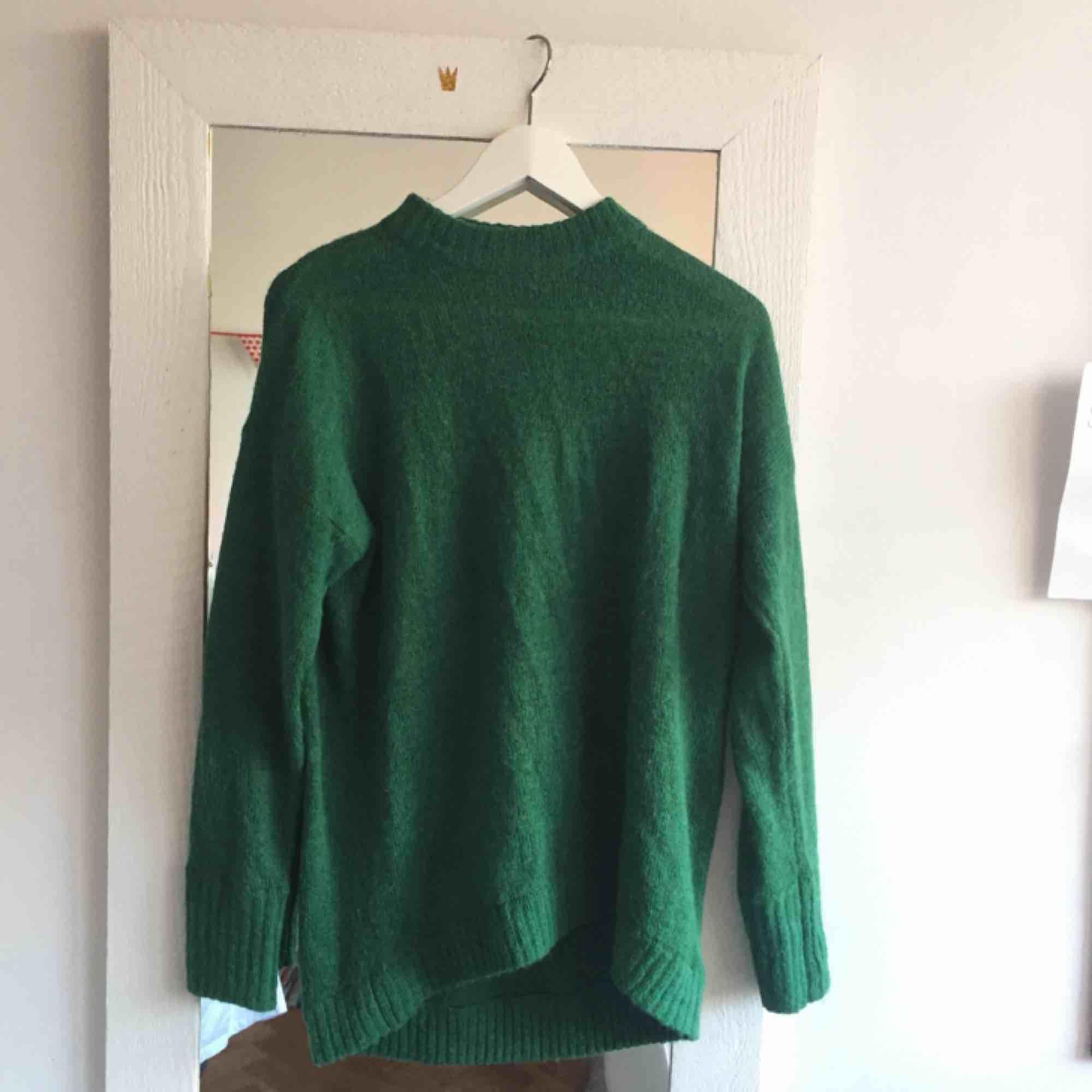superfin grön stickad tröja från monki! Den är lite längre i modellen och är väldigt mjuk. Har ett litet hål påbaksidan som inte syns så mkt men kan nog lätt lagas! . Stickat.