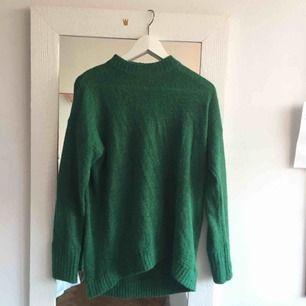 superfin grön stickad tröja från monki! Den är lite längre i modellen och är väldigt mjuk. Har ett litet hål påbaksidan som inte syns så mkt men kan nog lätt lagas!