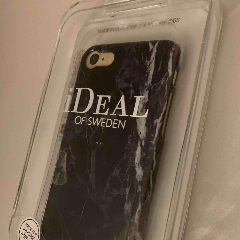 Ett svart marmor ideal of sweden skal. Passar iPhone 7 och de andra skalen som har samma storlek. Priset är 100kr + fraktkostnad:) Tar endast swish. Accessoarer.