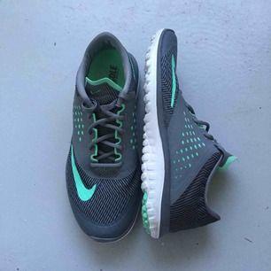 Nike fitsole skor, använda ett fåtal gånger och därav i nyskick. Skorna har använts inomhus.