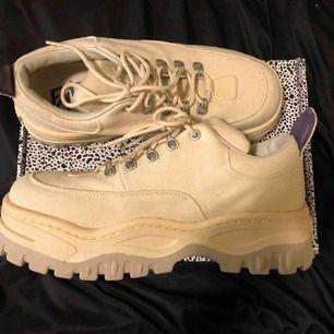 Eytys Angel Canvas Ecru, använda men syns knappt då jag varit försiktig med dem! ordinarie pris 2400kr! snyggaste skon någonsin