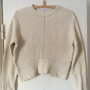 Stickad tröja från Filippa K i bomull. Ganska kort modell i strl M, men kan passa strl S-L beroende på hur du vill att den ska sitta.   Benvit i färgen.  Frakt inkluderat i priset.