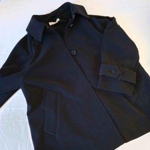 Jättefin mörkblå tunn jacka från H&M trend! Använd två gånger. Nypris 500kr