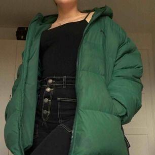 Fila tech jacka i mörkgrön, så fin jacka med svarta detaljer på sidorna. Vintage och ovanlig! Tar emot swish eller om du vill mötas upp så tar jag emot kontant också!
