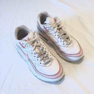 Nike air max i vitt och rosa. Jättesköna och välanvända men fortfarande snygga!