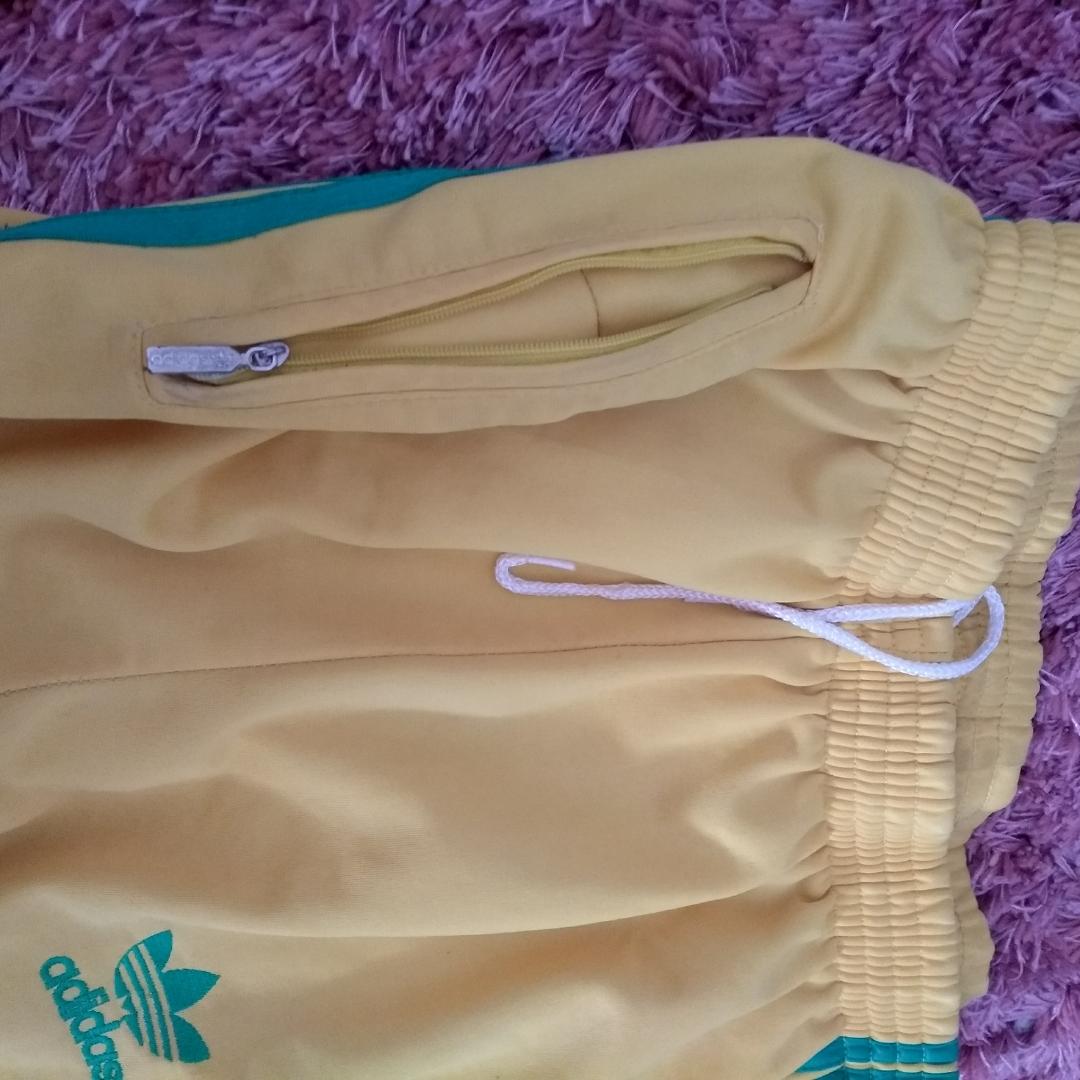 Vintage Adidas i gult och grönt. I fint skick!!! Den sitter som en M med på lappen står det XXL :p. Jeans & Byxor.