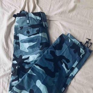 Blåa camoflage byxer som sitter som en smäck, men tyvärr inte riktigt min stil därför säljer jag dom:)