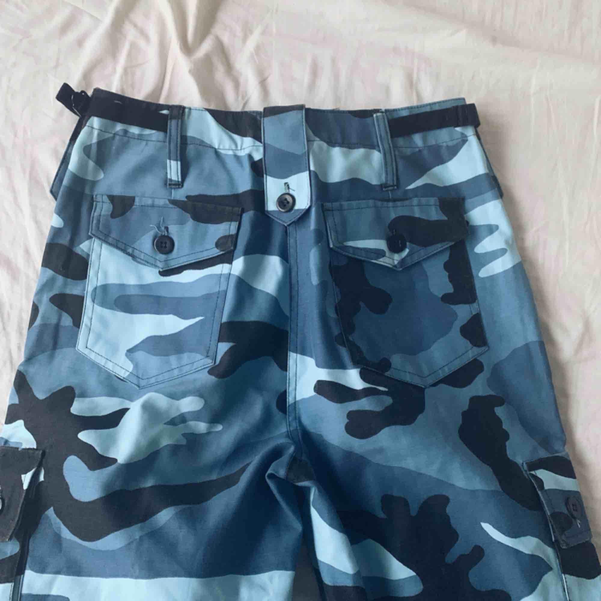 Blåa camoflage byxer som sitter som en smäck, men tyvärr inte riktigt min stil därför säljer jag dom:). Jeans & Byxor.