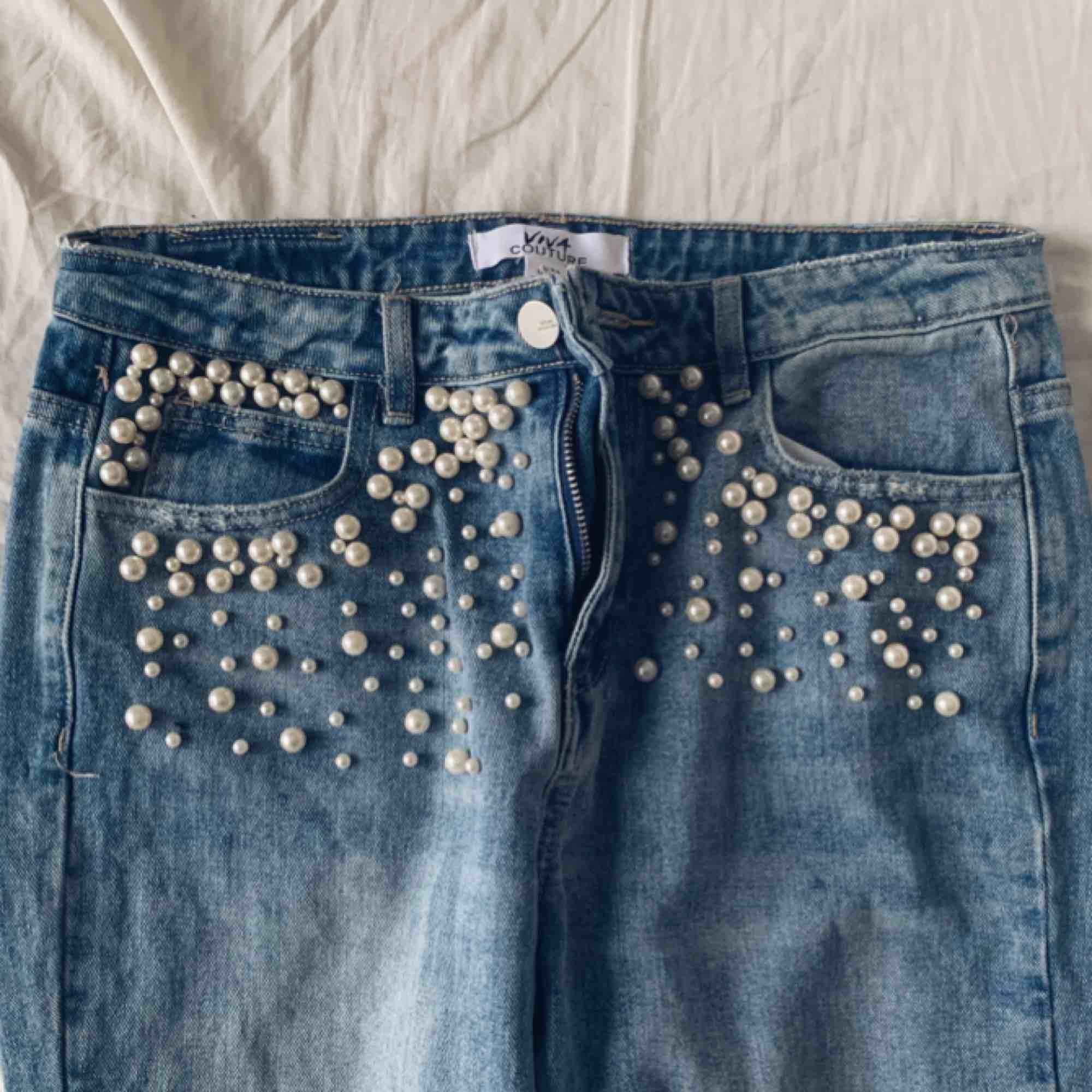 Super snygga jeans med pärlor på, kommer inte till användning därför jag säljer dom:). Jeans & Byxor.