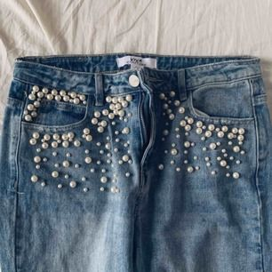 Super snygga jeans med pärlor på, kommer inte till användning därför jag säljer dom:)