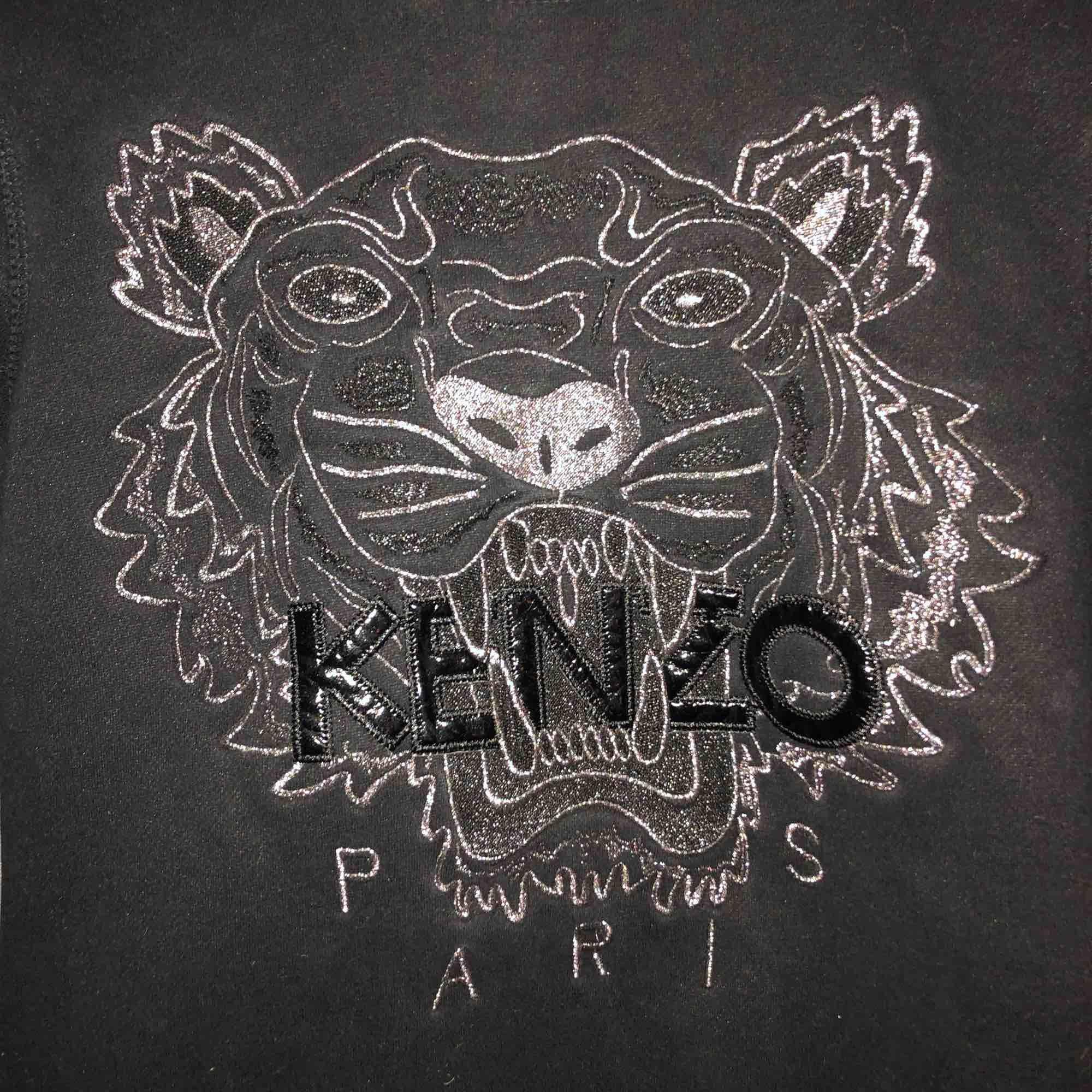Säljer min svarta kenzo tröja med silver detaljer i storlek S. Passar både XS och S. Köparen står för frakt. Tröjor & Koftor.