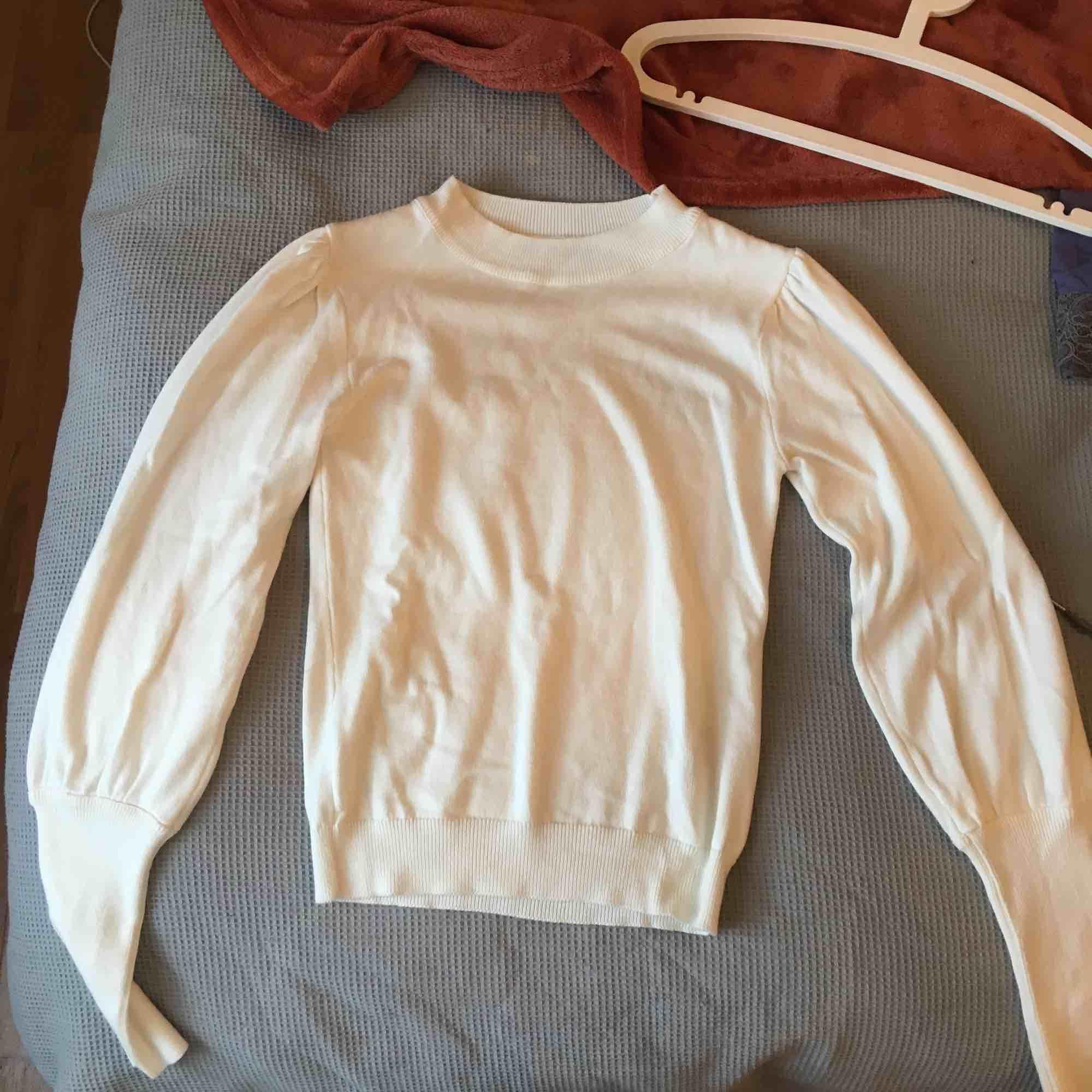 Aldrig använd tröja med ballongärmar. Storlek XS, passar även S. Finns i Skåne annars tillkommer frakt 🦋. Stickat.