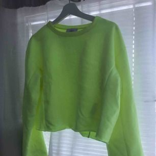 Neongul långärmad tröja från Zara. Endast provat den, dvs absolut nyskick. Nypris 249 kr! Fraktar eller möts upp i sthlm
