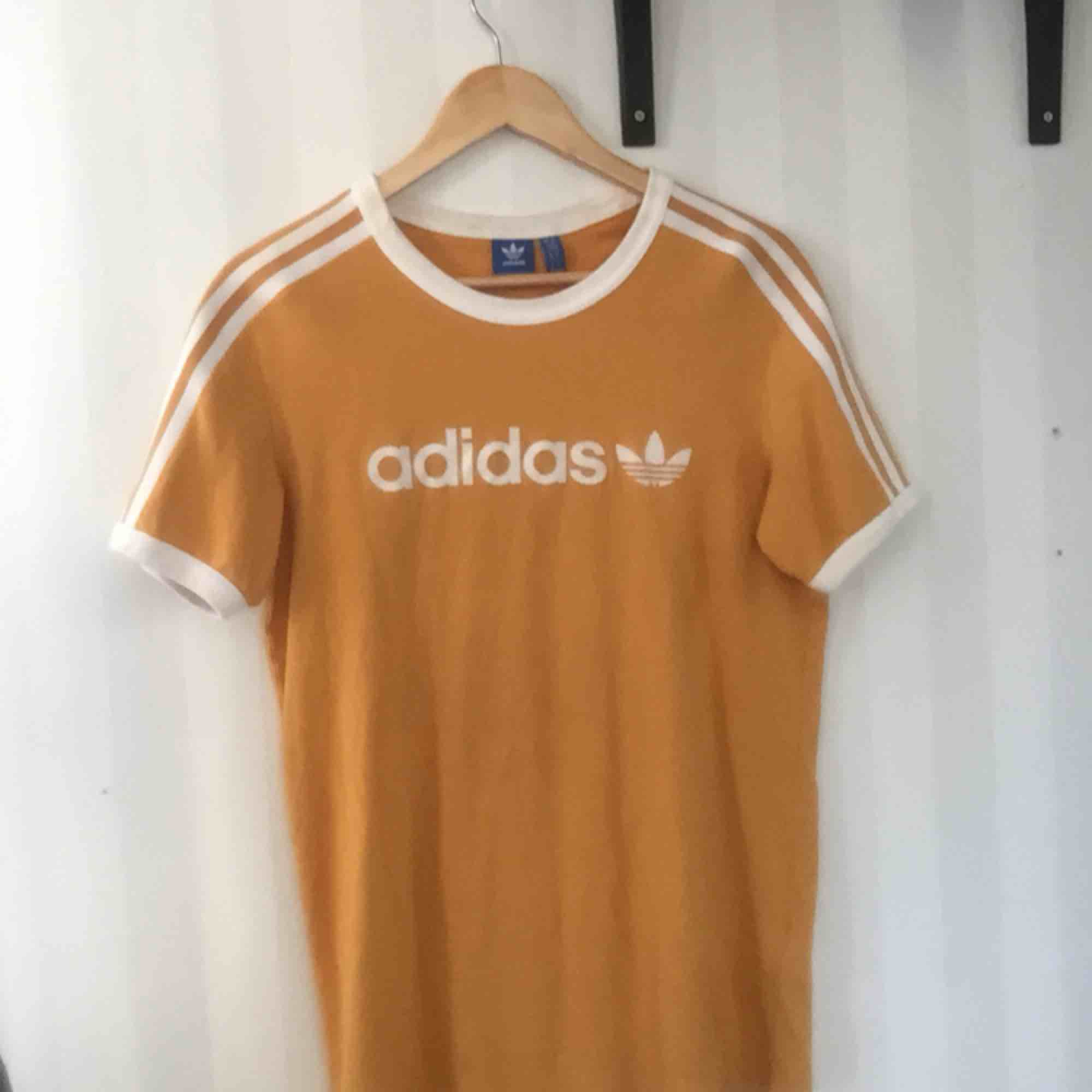 gul Adidas tisha, använd enstaka gånger.. T-shirts.