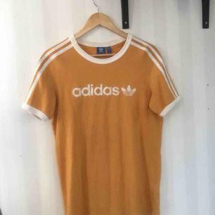 gul Adidas tisha, använd enstaka gånger.