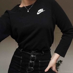 Skitsnygg tröja från Nike! Knappt använd, sitter som en s/m och definitivt ingen tjocktröja utan snarare långärmad tröja. :)