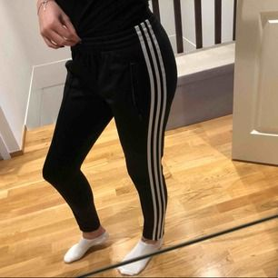Två fickor med dragkedja framtill. Track Pant från Adidas Originals. Använd tre gånger.