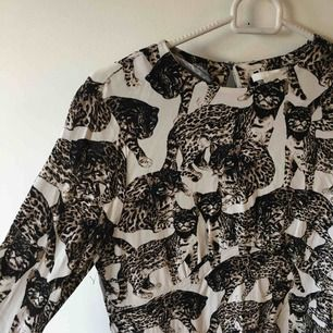 Jättefin klänning använd och tvättat en gång :) hämtas eller skickas mot frakt