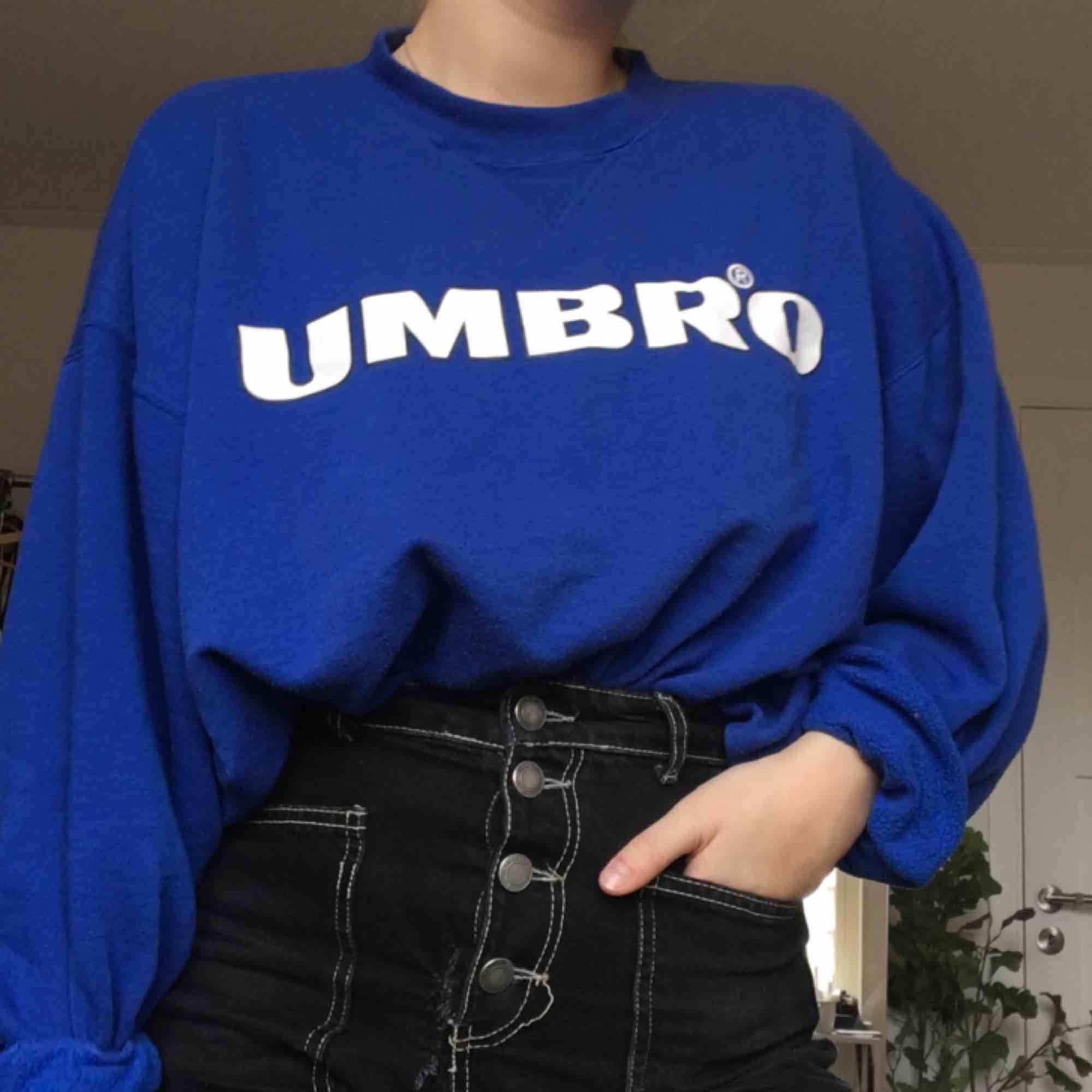 Superskön umbro-tjocktröja i en jättefin blå färg! Underbar att mysa i! . Huvtröjor & Träningströjor.
