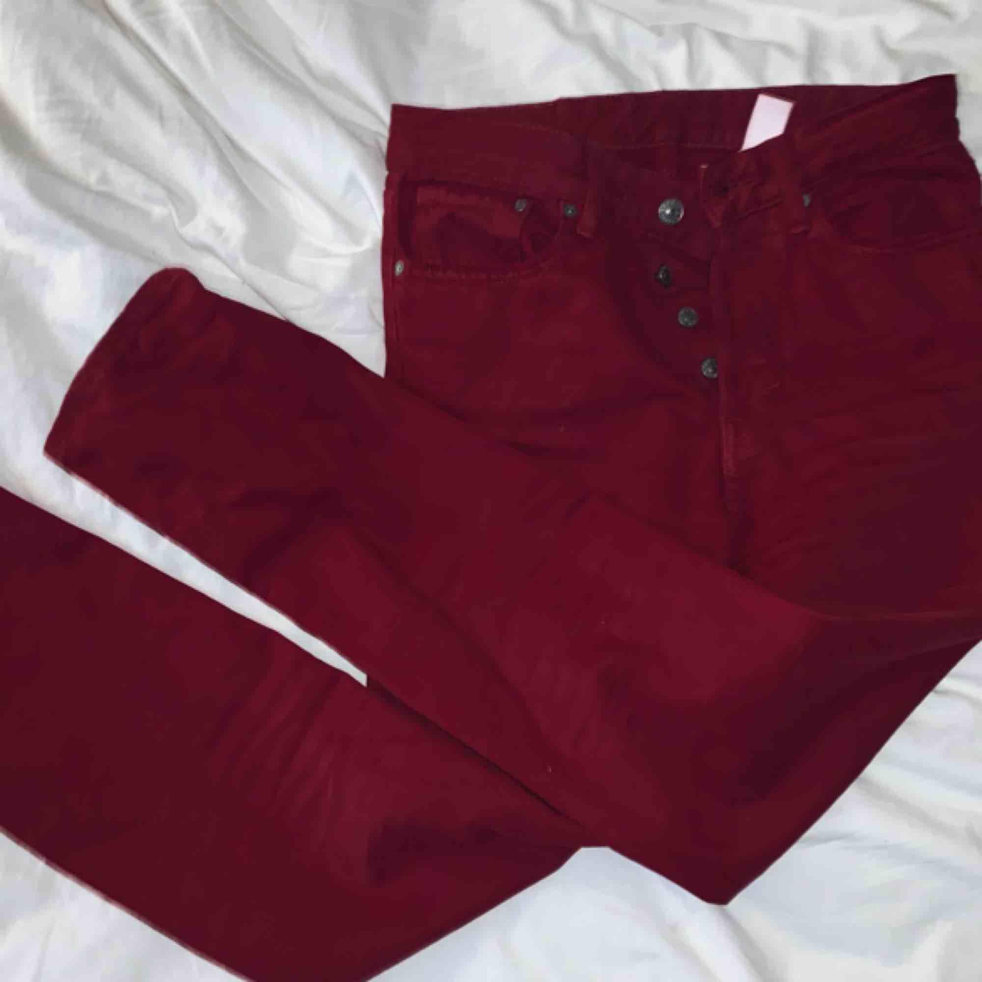 Vinröda mom jeans från h&m suuupee snygga men tyvärr lite små för mej:(. Jeans & Byxor.
