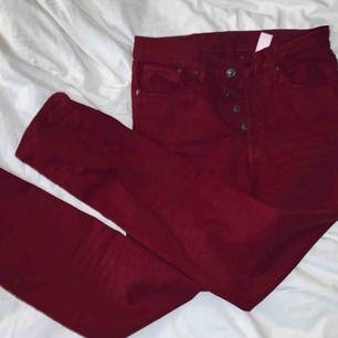 Vinröda mom jeans från h&m suuupee snygga men tyvärr lite små för mej:(