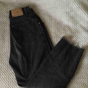 Snygga acid wash jeans som passar någon kortare än 170cm pga kortare byxben som är avklippta! mycket tajta i midjan och högmidjade!