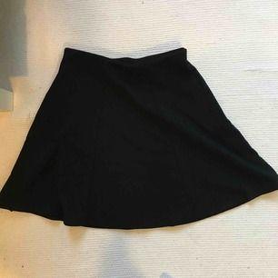 Oanvänd enkel svart midjekjol från Cubus :) hämtas eller skickas mot frakt