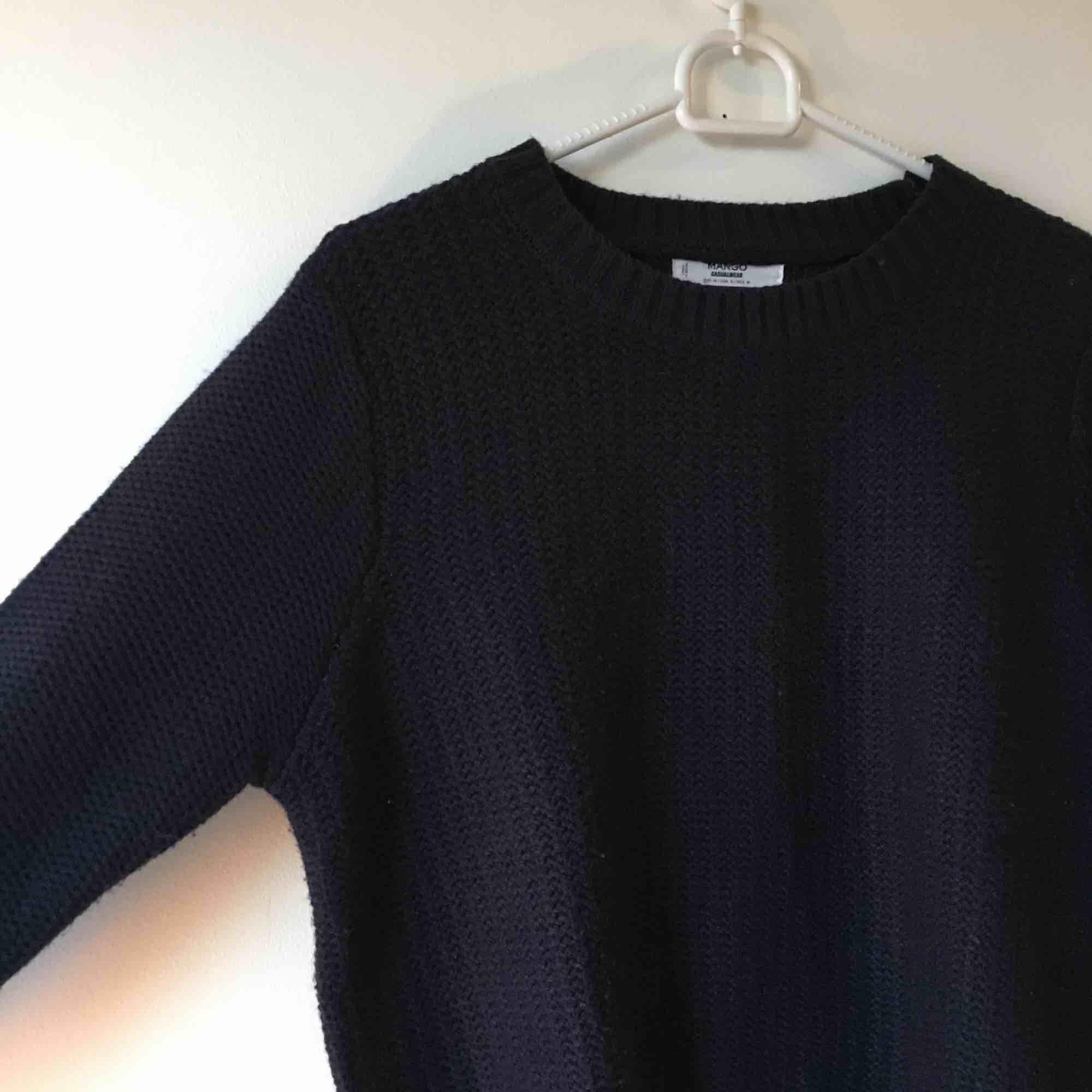 Marinblå stickad tröja från mango, står M på lappen men är verkligen mer som en S! :) hämtas eller skickas mot frakt . Stickat.