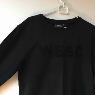 Svart tröja, sparsamt använd, från WESC/j.lindeberg. Hämtas eller skickas mot frakt
