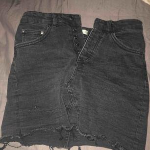 Suuuper snygg jeanskjol i svart med populära slitningar längst ner som tyvärr är för liten för mig och därav aldrig använd!  Frakt: 79 Pris kan diskuteras