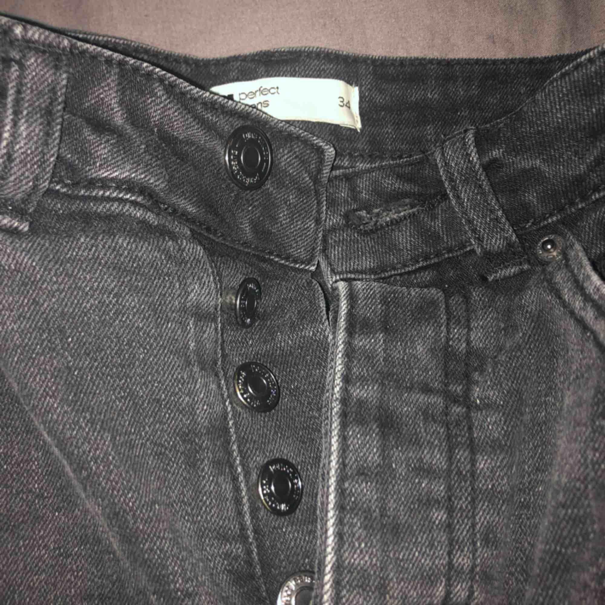 Suuuper snygg jeanskjol i svart med populära slitningar längst ner som tyvärr är för liten för mig och därav aldrig använd!  Frakt: 79 Pris kan diskuteras. Kjolar.