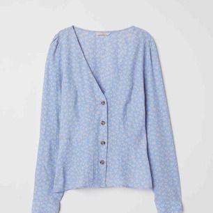 - blommig ljusblå blus från H&m trend - knappar och v-ringning framtill - storlek 36 - aldrig använd
