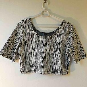Kort tröja perfekt till höga byxor/kjol :) hämtas eller skickas mot frakt